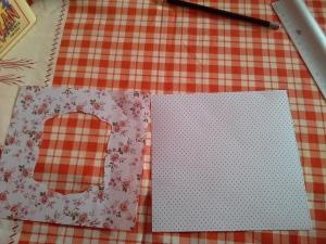 Il faut tout d'abord deux feuilles de même taille. Ensuite, une fenêtre doit être évidé dans un des papiers, celui qui viendra au-dessus.